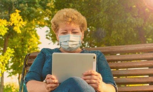 """alt=""""idosa com tablet na mão"""""""